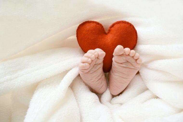 赤ちゃんの足とハートのクッション