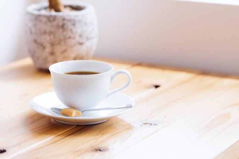 テーブルの上にあるコーヒー