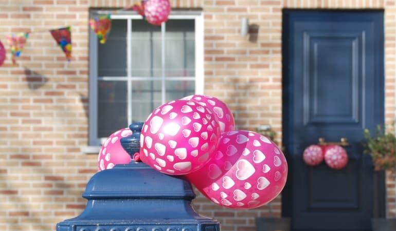 誕生日のパーティーで玄関にある風船