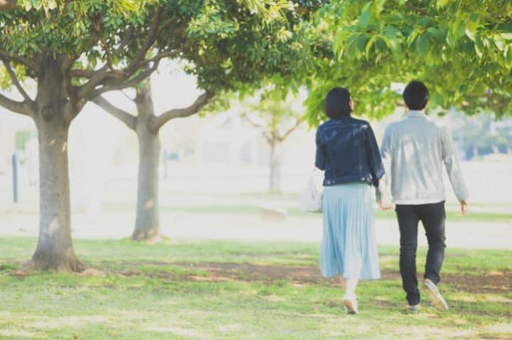散歩しているカップル